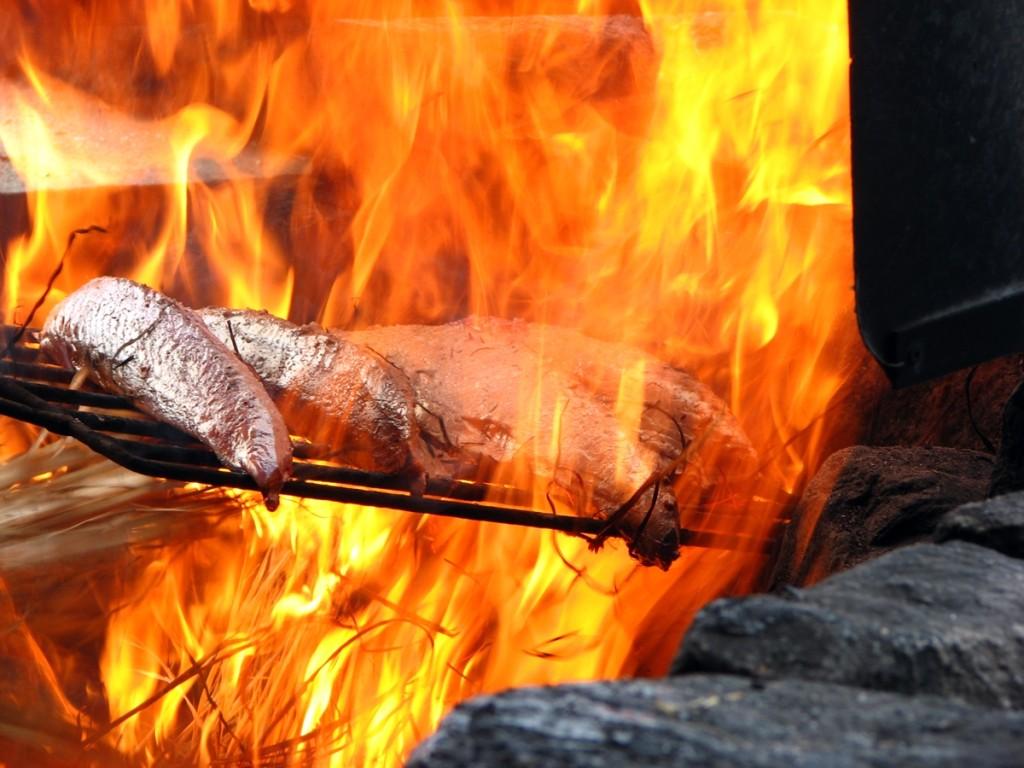 炎に焼かれる鰹のたたき