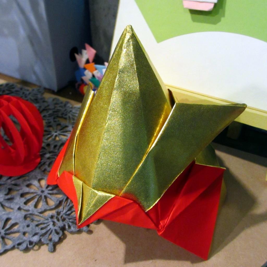 折り紙 兜(金赤)1