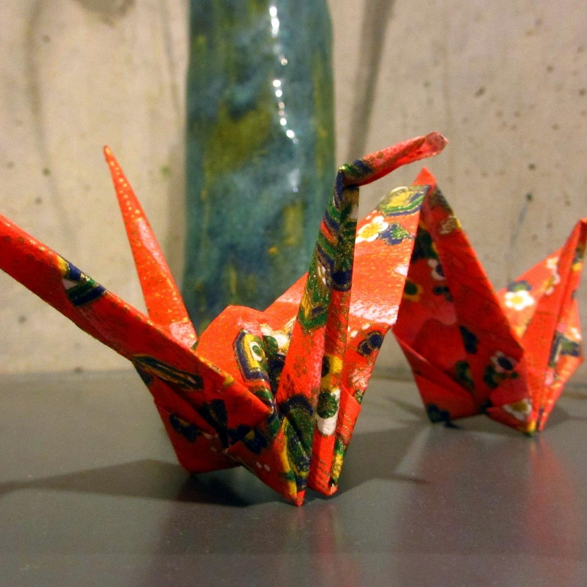 赤い和紙で作られた折鶴の写真
