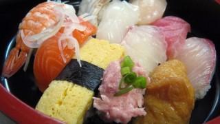 昔ながらの桶に入った握り寿司の無料写真