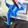 足を組んで新聞を読む折り鶴の無料写真