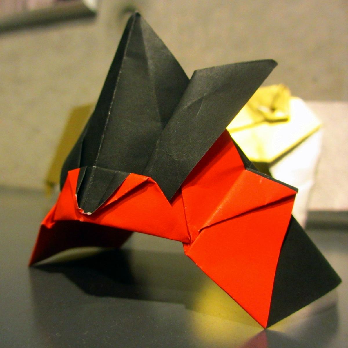 折り紙 兜(黒赤)2