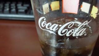 ベタベタですが、コーラグラスに入ったコーラの無料写真