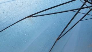 これくらいなら大丈夫!穴の開いた傘のフリー写真