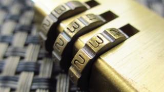 6月9日はロック(鍵)の日!黄金の南京錠のフリー写真