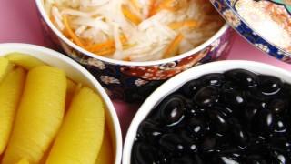 陶器の三段重に入ったおせち料理の無料写真